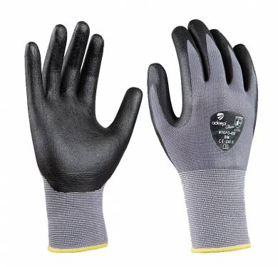 GUANTE DE SEGURIDAD SINTETICO ADEEPI GLOVES: NYGFO-450GUANTE NYLON-LYCRA/NITRILO FOAM NEGRO. 4.1.3.2 Guante de cinco dedos destinado a la protección frente a agresiones mecánicas, confeccionado en una única pieza de tejido de punto compuesto por 92% de nylon y 8% de elastano, de galga 15 y de 250grm/m2. Permite una excelente adaptabilidad a la forma de la mano. Ajuste en la muñeca por inserción de goma elástica de galga 15 y de 400grm/m2. El final de guante está remallado con hilo de color según las tallas. La palma y los dedos tienen un recubrimiento muy fino de nitrilo foam que permite una gran sensibilidad y gran agarre. Este Guante Modelo NYGFO-450 es un Equipo de Protección (EPI) de categoría II, que cumple con las exigencias esenciales de sanidad y seguridad que se especifican en el Real Decreto 1407/1992, del 20 de Noviembre, en el que se recogen las directrices de la Directiva del Consejo de Europa 89/686/CEE. También cumple con las exigencias recogidas en las normas europeas EN 420-03 (Exigencias Generales para Guantes de Protección) y EN 388-03 (Guantes contra Riesgos Mecánicos). Este guante está especialmente indicado para ser utilizado en todo tipo de industrias, donde exista un riesgo mecánico para la palma de las manos. Tallas: 7, 8, 9, 10 Colores: Base: Gris Recubrimiento: Negro