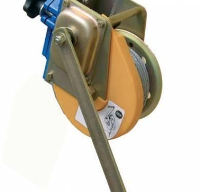 AT 050Recuperador Ankat mod. RUP 502 con cable de acero galvanizado con 6,3 mm de diámetro y 20 m de largo.Freno automático.Peso del rescatador 13 kg.Fuerza de rotura: 1800 kg.Para trípode w8217 o w8000. Permite el ascenso-descenso del trabajador dirigido por otra persona desde la superficie.