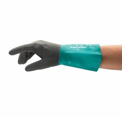 Guantes de protección química de nitrilo AlphaTec® 58-430Un agarre seguro con una flexibilidad mejorada Los guantes AlphaTec 58-430 incorporan Ansell Grip Technology™ para un control óptimo durante la manipulación de objetos húmedos o engrasados. Se requiere menos fuerza al manipular objetos resbaladizos, reduciendo con ello la fatiga de la mano y del brazo. Ambos modelos ofrecen más flexibilidad y destreza gracias a un recubrimiento de nitrilo con forro flocado de algodón y un ajuste como una segunda piel que se adapta a la perfección a la palma de la mano. El modelo 58-430 para trabajos medianamente exigentes lleva una capa de 10 μm (0,25 mm) que protege contra la exposición a bases, aceites, combustibles, algunos disolventes, grasas y grasas de origen animal. El revestimiento de nitrilo ofrece mayor resistencia contra rasgones, pinchazos y la abrasión, para una mayor duración. El puño con reborde ayuda a evitar el goteo en el antebrazo. Aplicaciones ideales Manipulación de sustancias químicas. Petroquímica. Manipulación de pinturas, tintas, tintes, adhesivos y pegamentos. Caucho y aditivos del caucho. Manipulación de piezas metálicas recubiertas de líquido. Mantenimiento de herramientas industriales. Manipulación de aceites residuales. Tratamiento de residuos y de aguas.